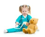 Ragazza del bambino che gioca al dottore con il giocattolo fotografia stock libera da diritti