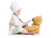 ragazza del bambino che gioca al dottore con l'orsacchiotto Immagine Stock