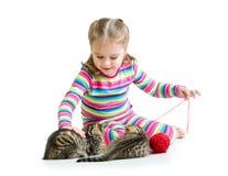 Ragazza del bambino che gioca con i gattini Immagini Stock Libere da Diritti