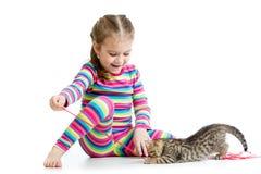 Ragazza del bambino che gioca con il gattino Fotografie Stock