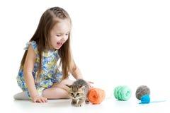 Ragazza del bambino che gioca con il gattino e le palle Immagine Stock