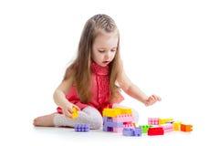 Ragazza del bambino che gioca con l'insieme della costruzione Immagini Stock Libere da Diritti
