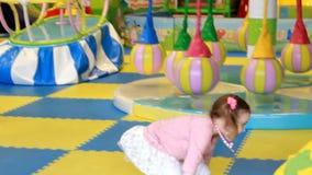 Ragazza del bambino che gioca sul campo da giuoco Giochi del bambino nella stanza per i giochi stock footage