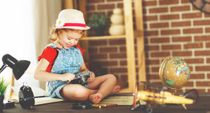 Ragazza del bambino che prepara viaggiare con una macchina fotografica della foto e della carta Fotografia Stock Libera da Diritti