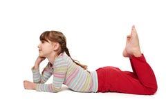 Ragazza del bambino che si trova sul pavimento che guarda in avanti fotografie stock libere da diritti