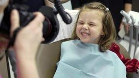 Ragazza del bambino in clinica dentaria stock footage