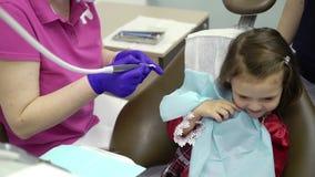 Ragazza del bambino in clinica dentaria archivi video