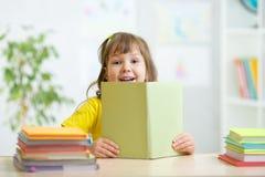 Ragazza del bambino con il libro aperto Immagine Stock Libera da Diritti