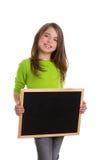 Ragazza del bambino con la lavagna bianca del nero dello spazio della copia del blocco per grafici Immagini Stock
