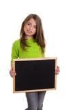 Ragazza del bambino con la lavagna bianca del nero dello spazio della copia del blocco per grafici Fotografie Stock Libere da Diritti