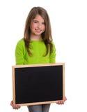 Ragazza del bambino con la lavagna bianca del nero dello spazio della copia del blocco per grafici Immagine Stock Libera da Diritti