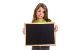 Ragazza del bambino con la lavagna bianca del nero dello spazio della copia del blocco per grafici Fotografia Stock Libera da Diritti