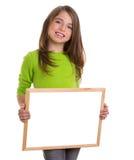 Ragazza del bambino con la lavagna bianca di bianco dello spazio della copia del blocco per grafici Fotografia Stock Libera da Diritti