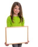 Ragazza del bambino con la lavagna bianca di bianco dello spazio della copia del blocco per grafici Immagini Stock