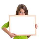 Ragazza del bambino con la lavagna bianca di bianco dello spazio della copia del blocco per grafici Immagini Stock Libere da Diritti