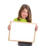 Ragazza del bambino con la lavagna bianca di bianco dello spazio della copia del blocco per grafici Fotografie Stock Libere da Diritti