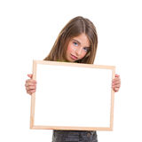 Ragazza del bambino con la lavagna bianca di bianco dello spazio della copia del blocco per grafici Fotografia Stock