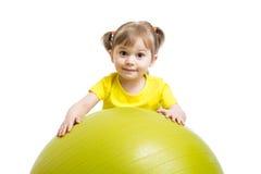 Ragazza del bambino con la palla relativa alla ginnastica isolata su fondo bianco immagini stock