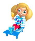 Ragazza del bambino con la sedia di spiaggia & Juice Glass Immagini Stock