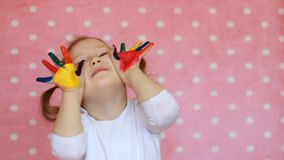 Ragazza del bambino con le mani sporche in pittura multicolore Bambino e pittura felici video d archivio