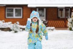 Ragazza del bambino di inverno in cappello caldo che gioca con la neve Fotografia Stock