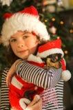 Ragazza del bambino di natale con il cane immagini stock