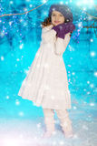Ragazza del bambino di Natale sul fondo dell'albero di inverno, neve, fiocchi di neve Fotografia Stock