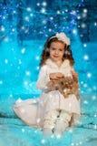 Ragazza del bambino di Natale sul fondo dell'albero di inverno, neve, fiocchi di neve Immagini Stock