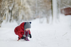 Ragazza del bambino divertendosi il giorno di inverno Fotografia Stock Libera da Diritti
