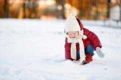 Ragazza del bambino divertendosi il giorno di inverno Fotografie Stock