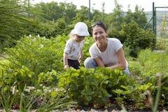 Ragazza del bambino e della madre nel giardino Immagine Stock