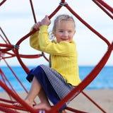 Ragazza del bambino in età prescolare al campo da giuoco fotografia stock libera da diritti