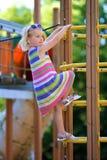 Ragazza del bambino in età prescolare al campo da giuoco immagine stock