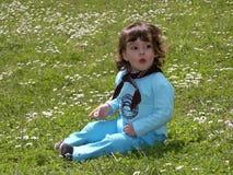 Ragazza del bambino sull'erba Fotografia Stock