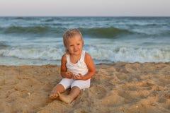 Ragazza del bambino sulla spiaggia Fotografia Stock Libera da Diritti