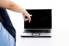 Ragazza del banco che indica il computer portatile Fotografia Stock Libera da Diritti