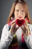 Ragazza del biglietto di S. Valentino con cuore Fotografia Stock
