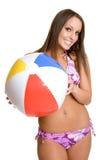 Ragazza del bikini della sfera di spiaggia Immagine Stock