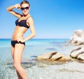 Ragazza del bikini sulla spiaggia fotografia stock libera da diritti
