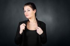 Ragazza del Brunette in cappotto, stretta per il cappotto Fotografia Stock