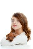 Ragazza del Brunette con pinscher del cane di cucciolo il mini Immagini Stock Libere da Diritti