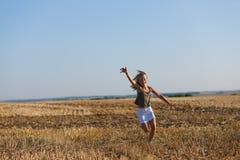ragazza del campo di autunno sopra funzionare fotografia stock libera da diritti