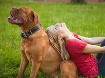 ragazza del cane i suoi giovani Fotografia Stock Libera da Diritti