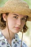 Ragazza del cappello di paglia fotografie stock libere da diritti