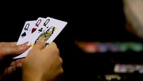 Ragazza del casinò che gioca poker Primo piano video d archivio