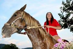 Ragazza del cavallo del cielo blu fotografia stock