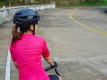 Ragazza del ciclista sul suo Roadbike fotografie stock libere da diritti