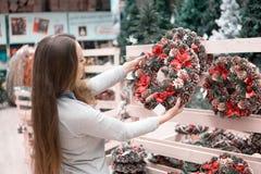 Ragazza del cliente che sceglie le decorazioni di Natale Fotografia Stock Libera da Diritti
