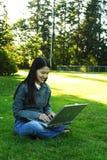 Ragazza del computer portatile fotografie stock libere da diritti