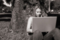 Ragazza del computer portatile fotografia stock